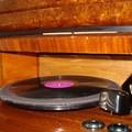 N°4: il fonografo con in primo piano il pick-up e i due contenitori per le puntine (da usare e già usate)