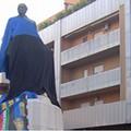 Statua di M.R.Imbriani ricoperta con drappo nerazzurro