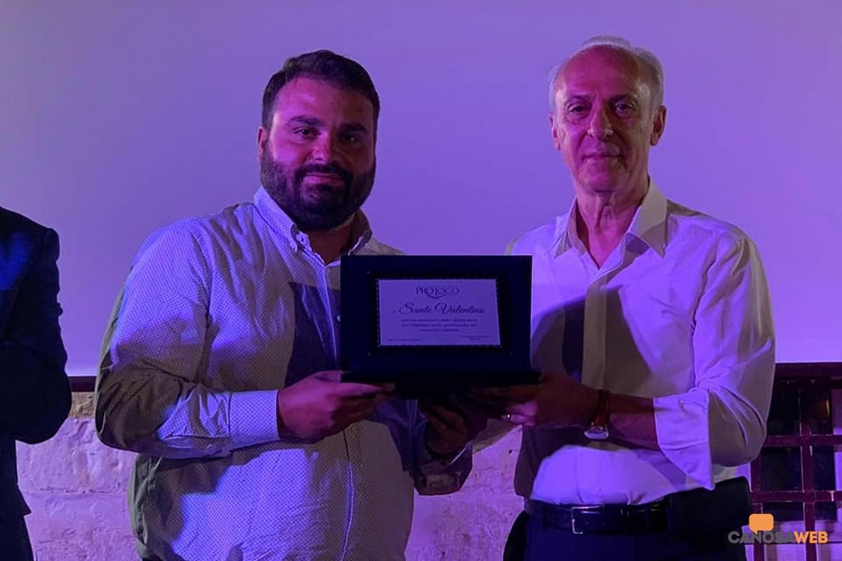 Elia Marro, presidente Pro Loco Canosa premia Sante Valentino