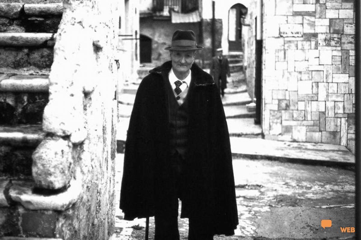 Anziano che indossa  la cappa