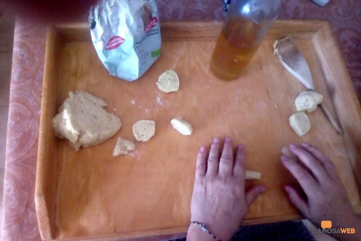 """Canosa: Preparazione dei tarallucci """"ubriachelli"""" della nonna"""
