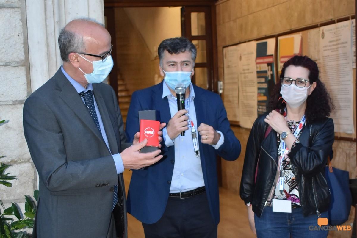 Al professor Lopalco, la tessera di socio onorario dell'AVIS Canosa
