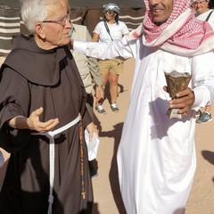 Padre Pio d'Andola con un beduino nel deserto Giordano