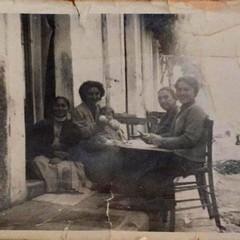 Canosa 1957: Donne di casa sedute per strada