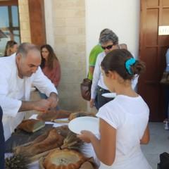Clemente Cirillo con i turisti a Canosa di Puglia