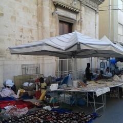 Ambulanti davanti alla Chiesa dell'Immacolata