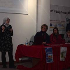 Asmae Dachan tra gli studenti dell'Einaudi