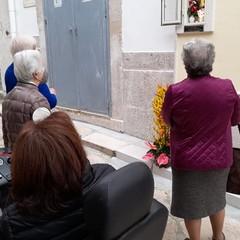 In preghiera davanti all'edicola votiva per Maria SS della Fonte