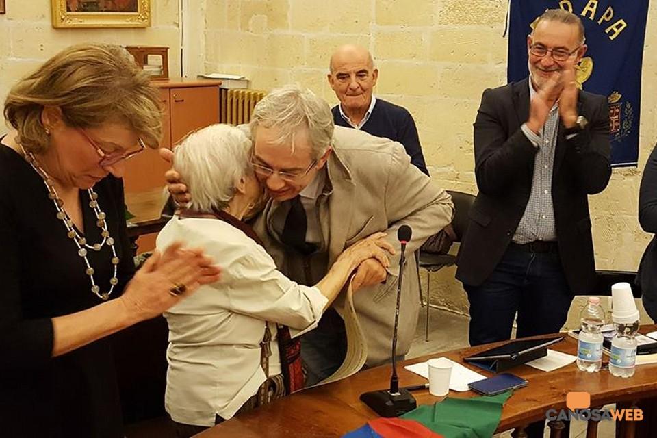 2016 L'abbraccio del sindaco di Canosa La Salvia con  Lidia Menapace