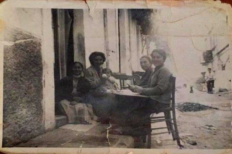 Canosa 1959  Donne di casa sedute per strada