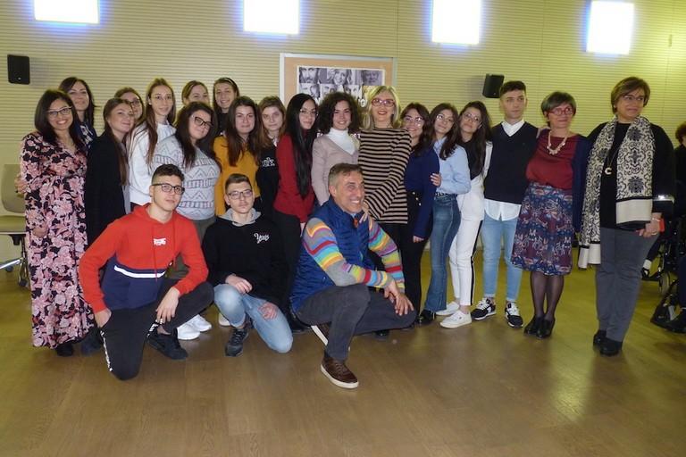 """Lunetta Savino con studenti 5^ A dell' IISS """"N.Garrone"""" Canosa"""