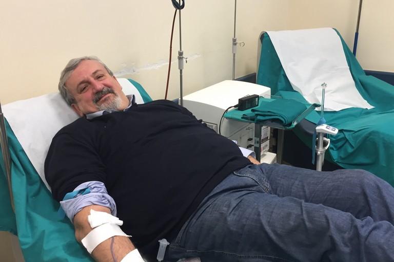 Emiliano dona sangue