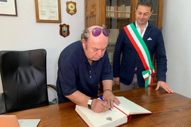 Canosa  Lino Banfi e sindaco Morra a Palazzo di Città