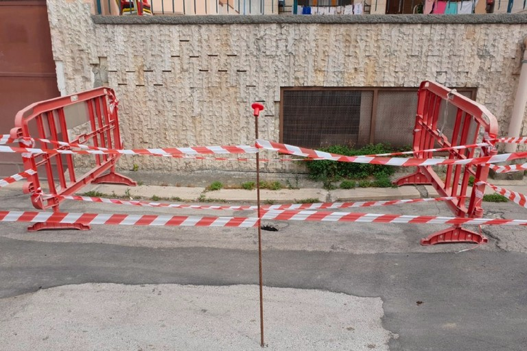 Canosa Via Lecce cedimento asfalto