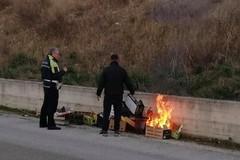 Denunciato un ambulante per incendio e abbandono di rifiuti