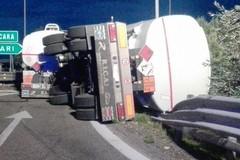 A/14:  si ribalta il rimorchio di un camion che trasportava gasolio