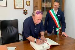 Lino Banfi firma il registro degli ospiti illustri
