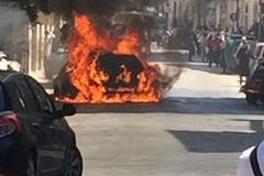 Canosa: Si incendia autovettura parcheggiata