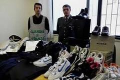 Capi di abbigliamento contraffatti:scoperto laboratorio clandestino