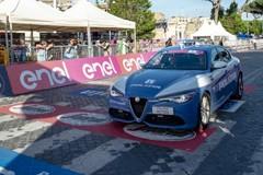 Al Giro d'Italia premiati due agenti della Polizia di Stato