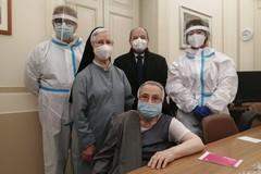 Suor Vittoria(87 anni) è la prima vaccinata a domicilio della Asl Bt