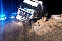 Andria-Canosa: tir fuoristrada, illeso il conducente