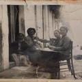 Donne di casa sedute per strada