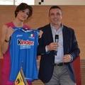 Francesco Ventola premia Stefania Sansonna vincitrice del campionato di volley
