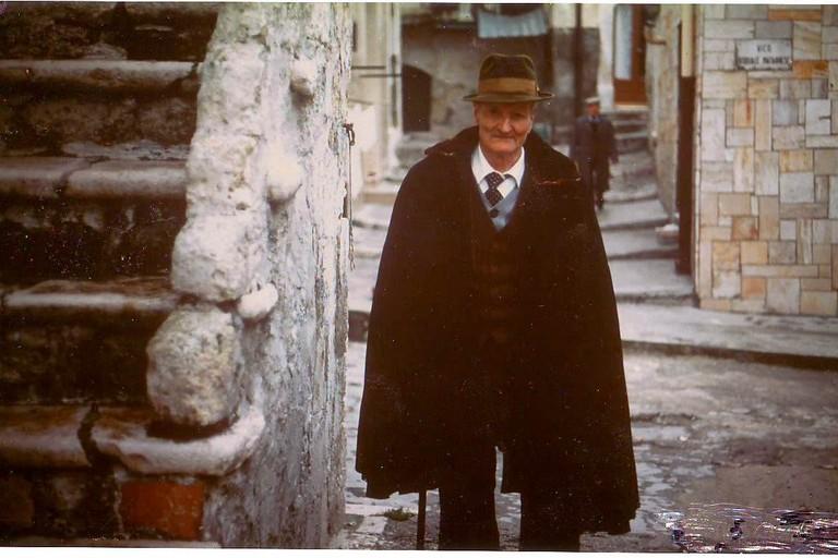 Canosa nonno col tabarro  sul Rione Castello